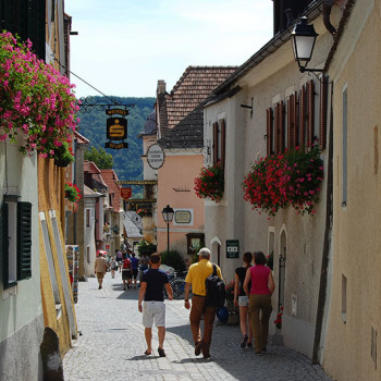 Historiske byer, Dürnstein i Wachau - Turister som rusler i gatene i Dürnstein, Niederösterreich, Østerrike.