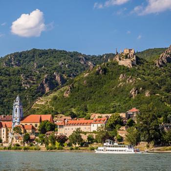 Dürnstein i Wachau sett fra Donau, Niederösterreich, Østerrike.