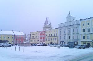 Hauptplatz i Freistadt under snødekke.