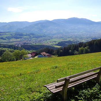 En benk på en ås med utsikt over Wolfsberg, Kärnten, Østerrike.