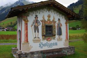 Tradisjonell velkomst skilt i Holzgau, Tirol, Østerrike.