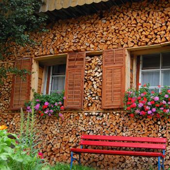 Et hus i Holzgau, Tirol, Østerrike hvor veggen er av ved.