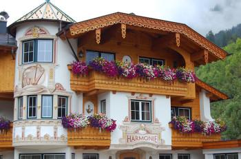 Dekorert vegg på et hotel i Holzgau, Tirol, Østerrike.