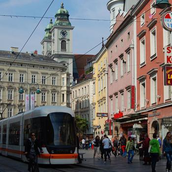 En trikk og mennesker i Landstrasse i Linz, Østerrike.