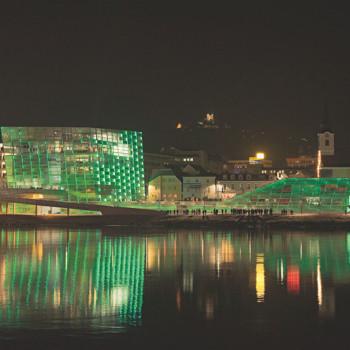 Her speiler Ars Electronica Center i Donau ved Linz.
