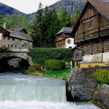 Gamle hus i Mauterndorf, Salzburgerland, Østerrike