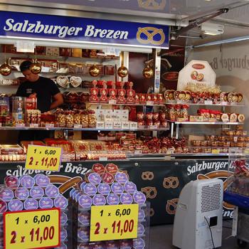 Bod som selger saltstenger og sjokolade i Salzburg, Østerrike.