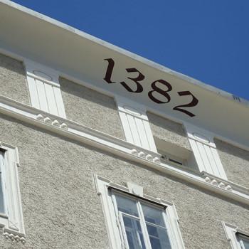 Et hus i gamlebyen Salzburg med årstallet 1382 på.