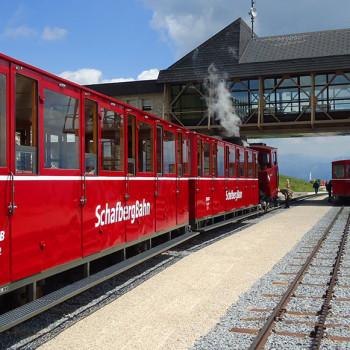 Toget Schafbergbahn på topp stasjonen