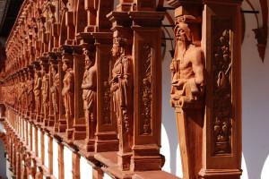 Noen av de 400 terrakotta figurene påSchallaburg