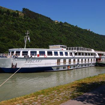 Elvecruisebåt til kai ved Wesenufer, Oberösterreich, Østerrike.