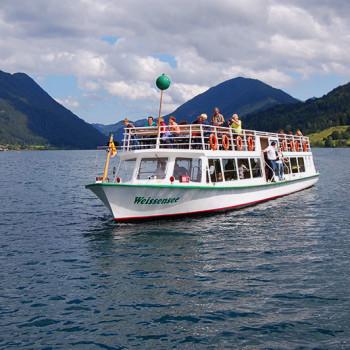 Turistbåt på Weissensee, Kärnten, Østerrike.