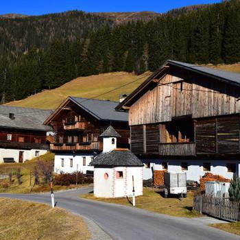 Gammel trebebyggelse ved Pustertaler Höhenstrasse, Osttirol, Tirol, Østerrike.