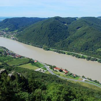 Donau og Wachau (mot vest) sett fra Burg Aggstein, Niederösterreich, Østerrike.