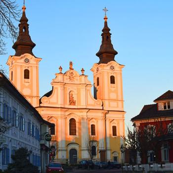 Valfartkirken St. Vitus i St. Veit am Vogau i kveldssol. Vulkanland, Steiermark, Østerrike.