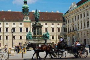 Fiaker foran Hofburg, Wien, Østerrike
