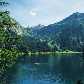 Badeferie, Vilsalpensee i nærheten av Tannheim, Tirol, Østerrike