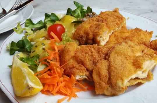 Panert kylling med potetsalat - backhendelsalat, oppskrifter fra Østerrike Spesialisten