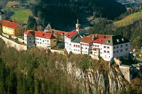 Burg Strechau sett fra luften, Steiermark, Østerrike