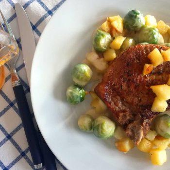 Svinekoteletter med stuet rosenkål - oppskrift fra Østerrike Spesialisten
