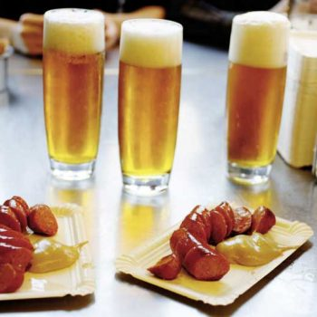 Øl og pølser på en Wiener Würstelstand, Wien, Østerrike
