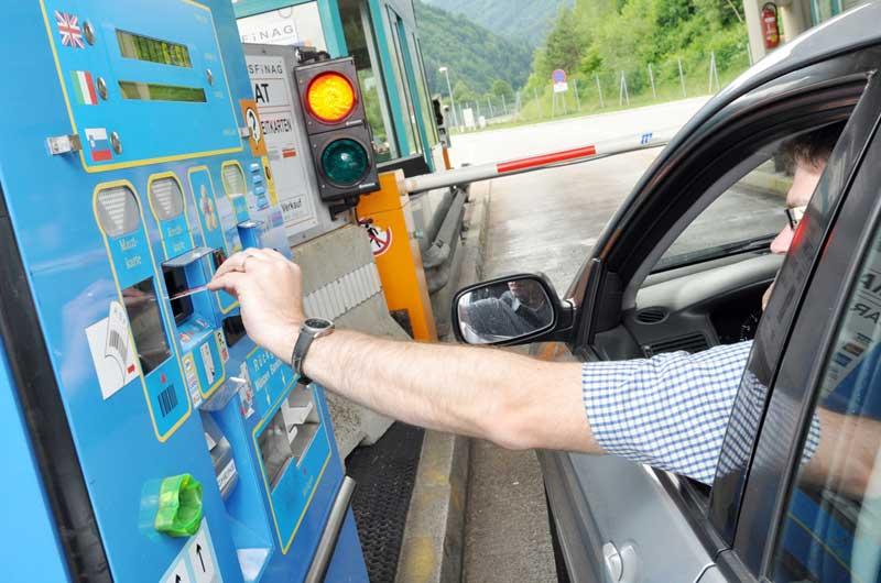 Automat ved bomstasjon i Østerrike - Veiavgifter og bompenger