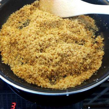 Karamelisert brødrasp og sukker i en panne for oppskriften på marillenknödel