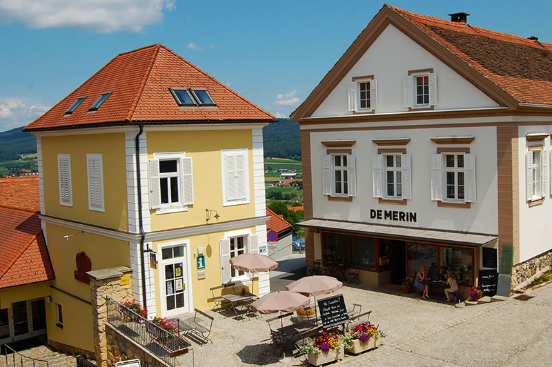 Det lille koselige torget i Straden, Steiermark, Østerrike
