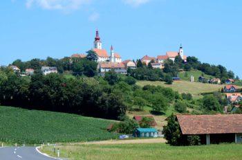 Oppdag Østerrikes koseligste landsbyer, som for eksempel Straden i Steiermark sett fra dalen